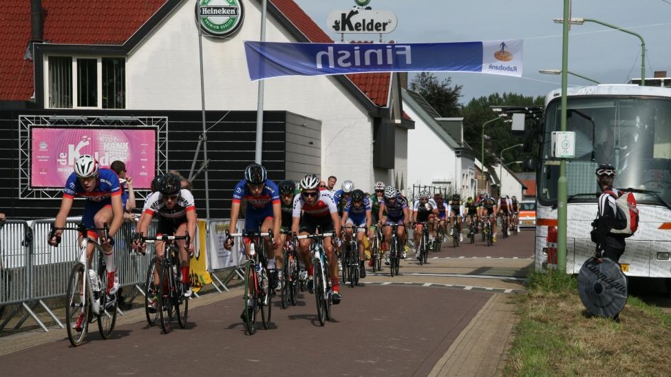 Nieuwelingen passeren finish Ronde van Hank 2015